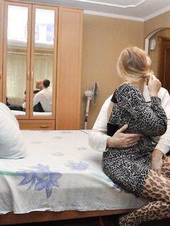 Русская замужняя шлюха куражится с любовником в отеле