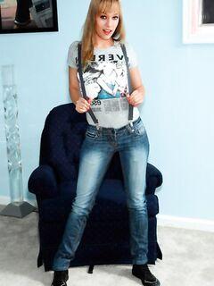Молодая девушка с маленькой грудью обожает фистинг, порно