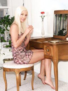 После мастурбации молодая блонда показала писсинг, эротика