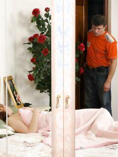 Мужчина разбудил молодую дочь для инцеста - порно