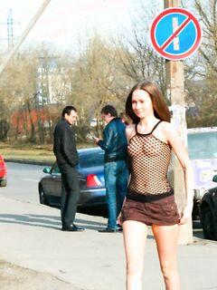 Девушка в откровенном наряде гуляет по улицам Питера, эротика