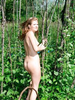 Русские девушки отдыхают в огороде голышом - эротика