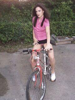 Велосипедистка в короткой юбке описалась на улице, эротика