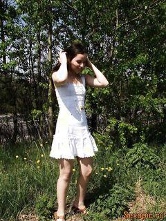 Русская девушка в белом платье поссала на природе