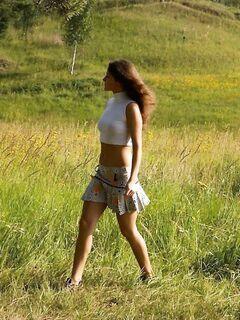 Раздевшись, красивая девушка пописала в лесу, эротика