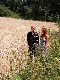 Парень трахнул стройную пышногрудую девушку на поле