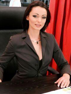 Красивая секретарша соблазнила сисадмина - порно