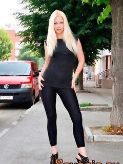 Молодая блондинка в обтягивающих лосинах, эротика