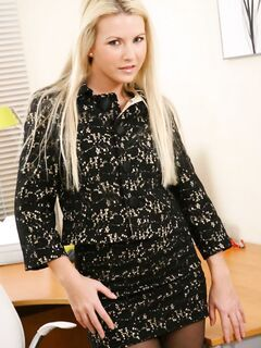 Блондинка в темных колготках обнажилась в офисе, эротика