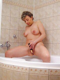 Пожилая семейная пара устроила секс и писсинг в ванной