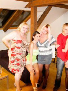 Зрелые мамочки устроили групповуху с парнем по вызову - эротика