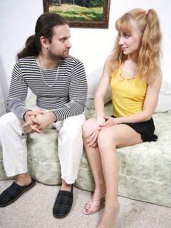 Волосатый папаша трахнул молодую дочку в жопу - порно