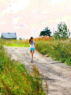 Молодая писающая девушка спалилась на природе, эротика