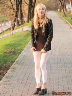 Девушка в белых лосинах обоссалась на улице - эротика