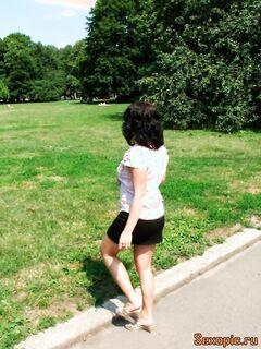 Девушка в короткой юбке без трусов помочилась на улице