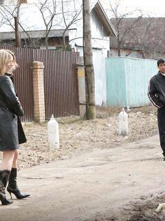 Сельская нудистка разделась на улице перед мужиками