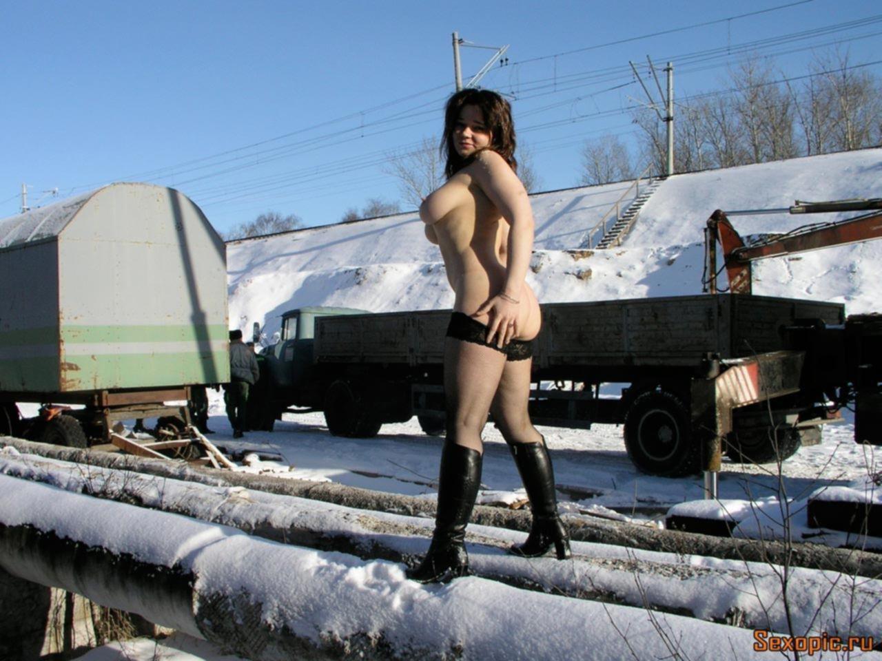 Голая нудистка с большой грудью гуляет по улице зимой