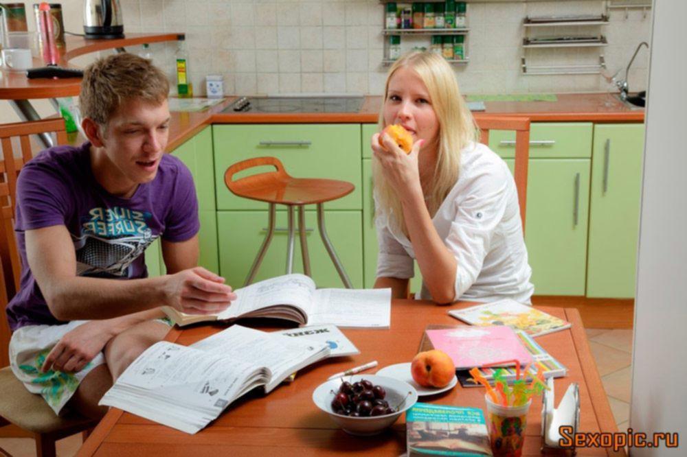 После учебы русские студенты занялись аналом на кухне, порно