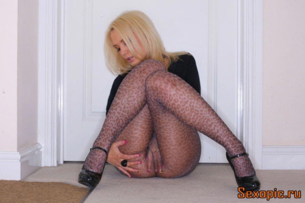 Сексапильная девушка в леопардовых колготках, эротика