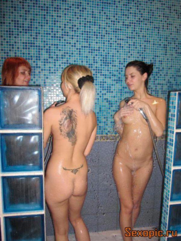 Голые бисексуальные девушки устроили оргию в бане, порно