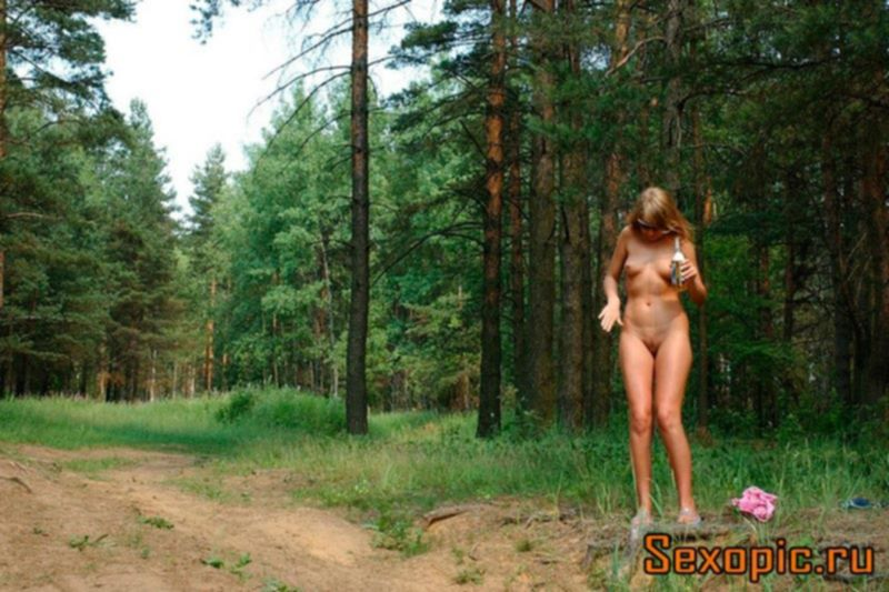 Стройная загорелая блондинка помочилась в лесу, эротика