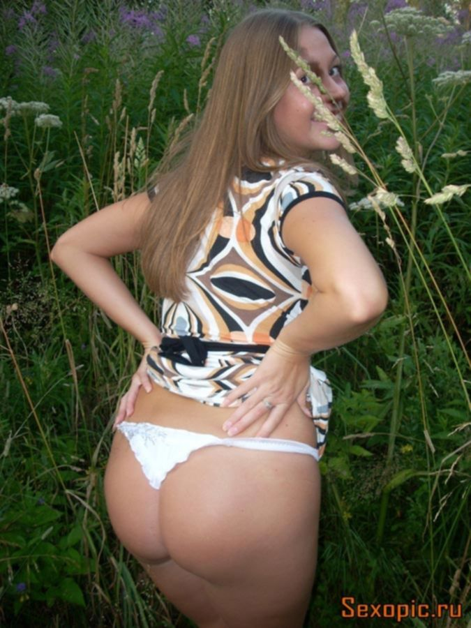 Русская девушка показывает свое шикарное тело и большие титьки
