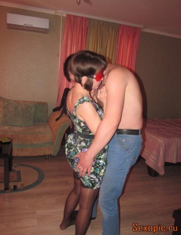 Зрелая сексвайф предпочитает групповой секс вслепую
