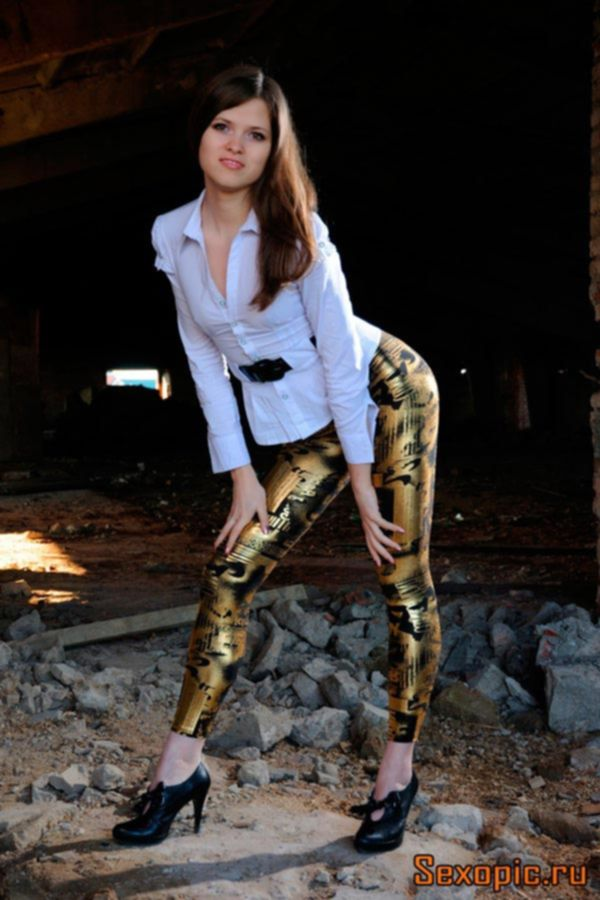 Длинноногая русская девушка в модных леггинсах - эротика