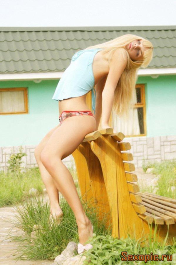 Блондинка с маленькой грудью обнажилась на улице