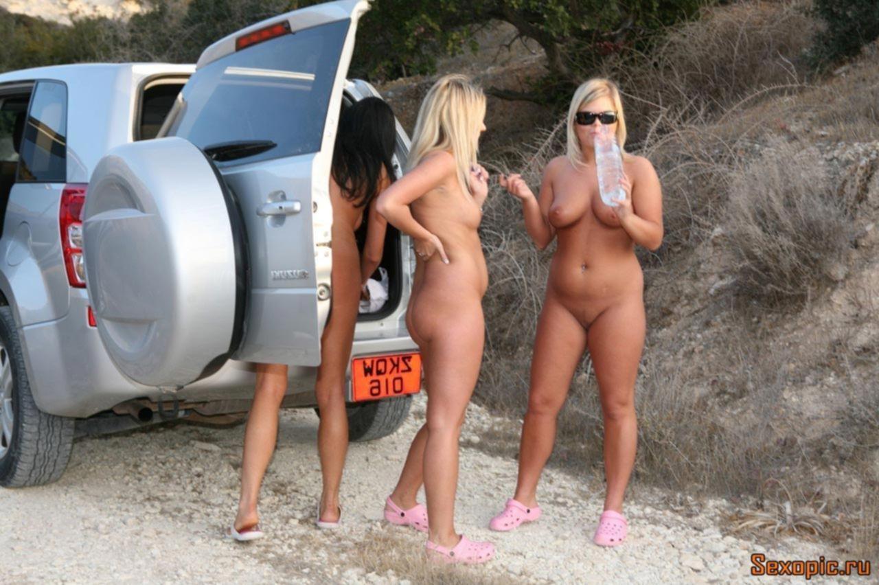 Молодые девушки нудистки отдыхают на Кипре голышом