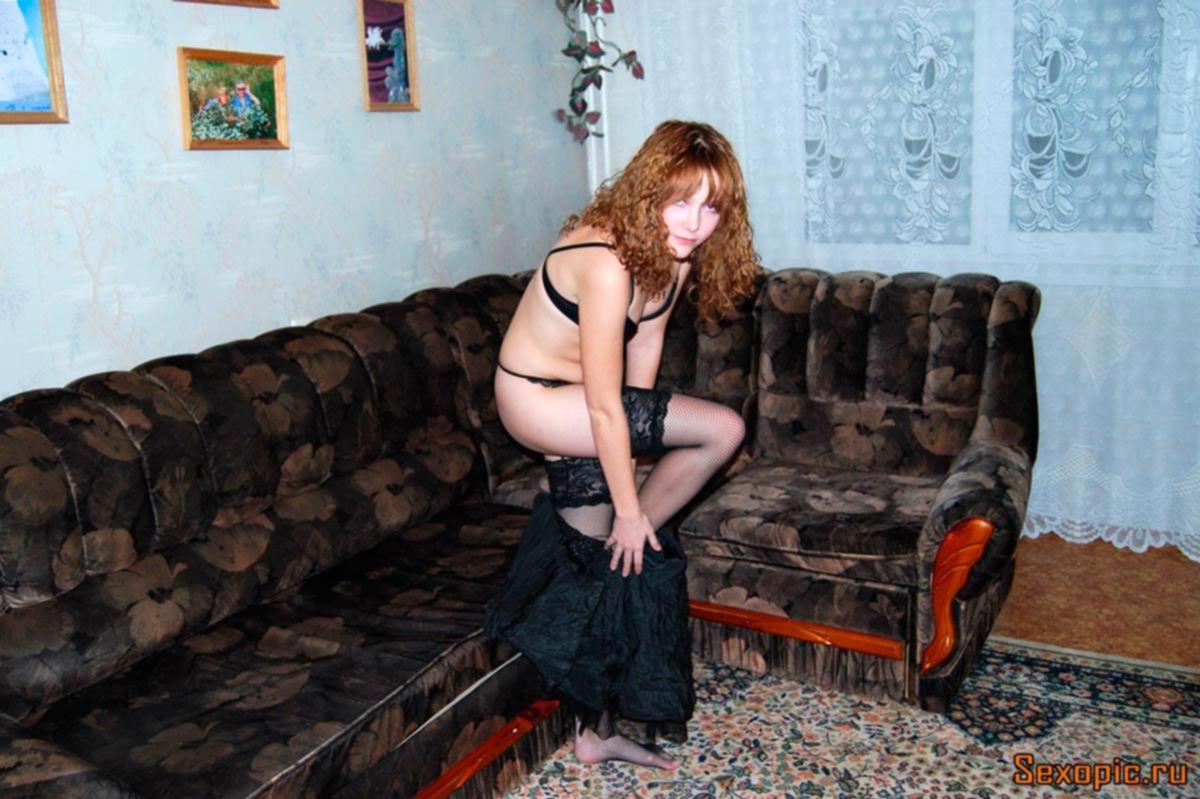 Шатенка в сетчатых чулках показала интимные прелести - эротика