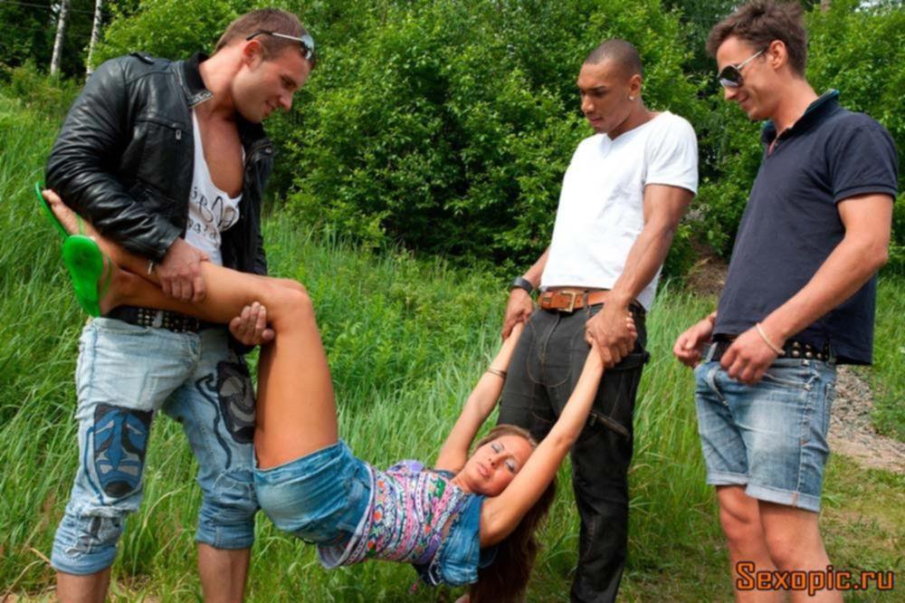 Трое парней грубо трахнули русскую красотку на природе, порно