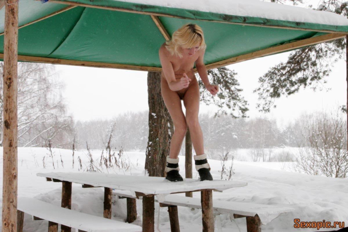 Голая русская блондинка пописала на улице зимой