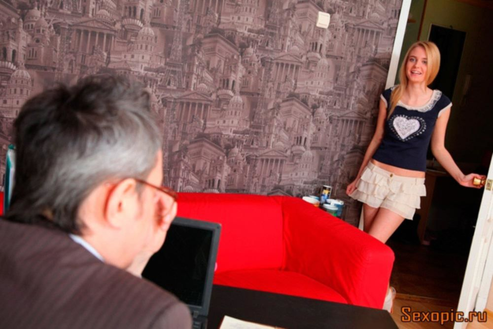 Пожилой учитель трахнул красивую ученицу на столе, порно
