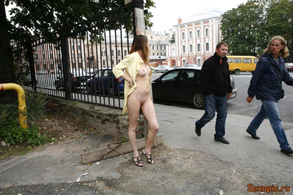 Обнаженная нудистка гуляет по улицам Петербурга, эротика