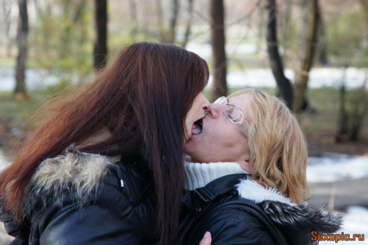 Молодая лесбиянка ублажает богатую старушку, порно
