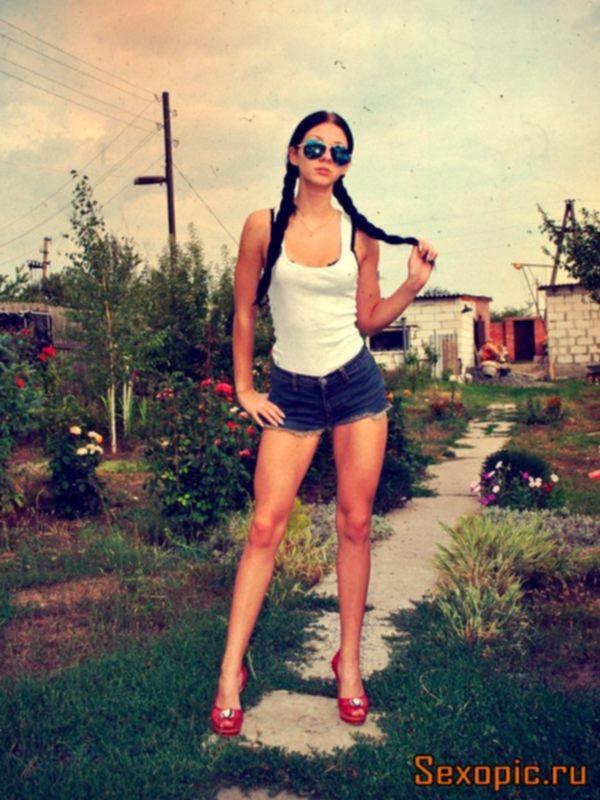 Частное фото спортивной девушки в коротких шортах, эротика