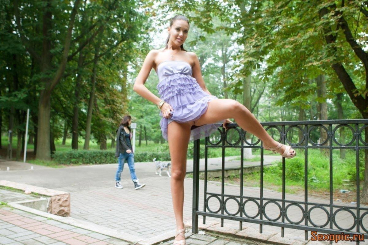 Молодая нудистка показывает прелести на улицах Киева