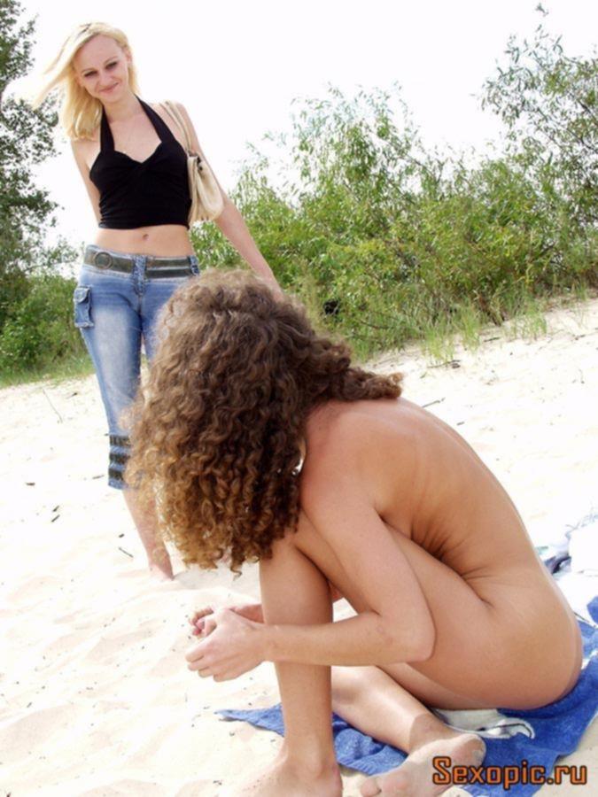 Две голые подружки отдыхают на нудистском пляже