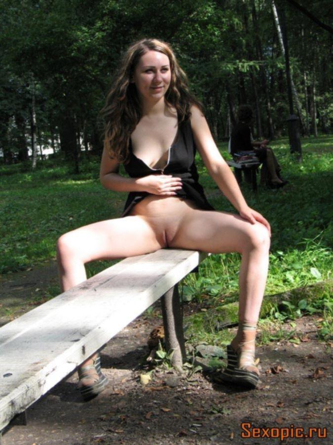 Молодая эксгибиционистка любит мастурбировать на улице