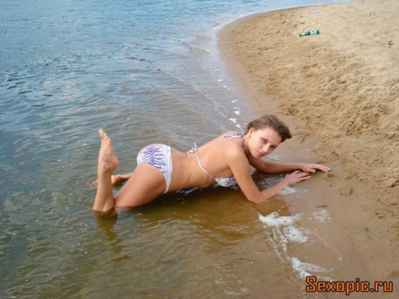 Ню фото молодой девушки в пляжном купальнике - эротика