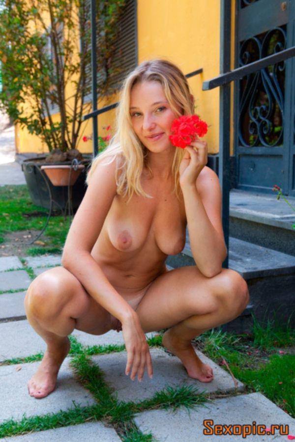 Молодая нудистка показала интимные прелести на даче - эротика