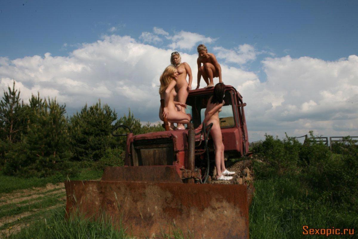 Голые деревенские нудистки шалят на природе, эротика
