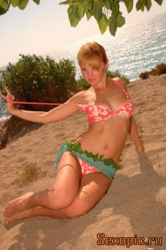 Молодая русская девушка отдыхает на море, эротика