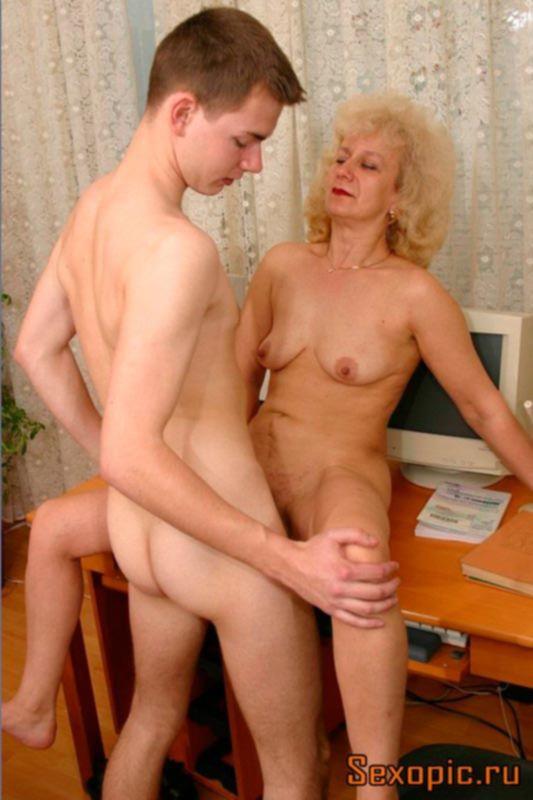 Зрелая женщина научила своего сына хорошему сексу, порно
