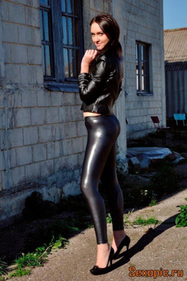 Деревенская девушка позирует в кожаных леггинсах - эротика