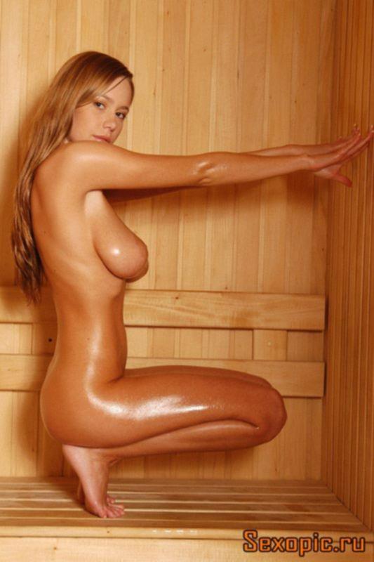 Загорелая сисястая девушка отдыхает в сауне