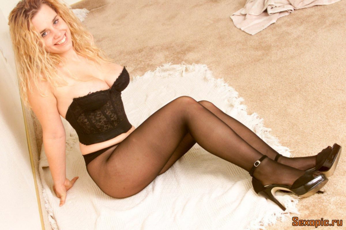 Пикантное фото пышногрудой блондинки в черных колготках, эротика